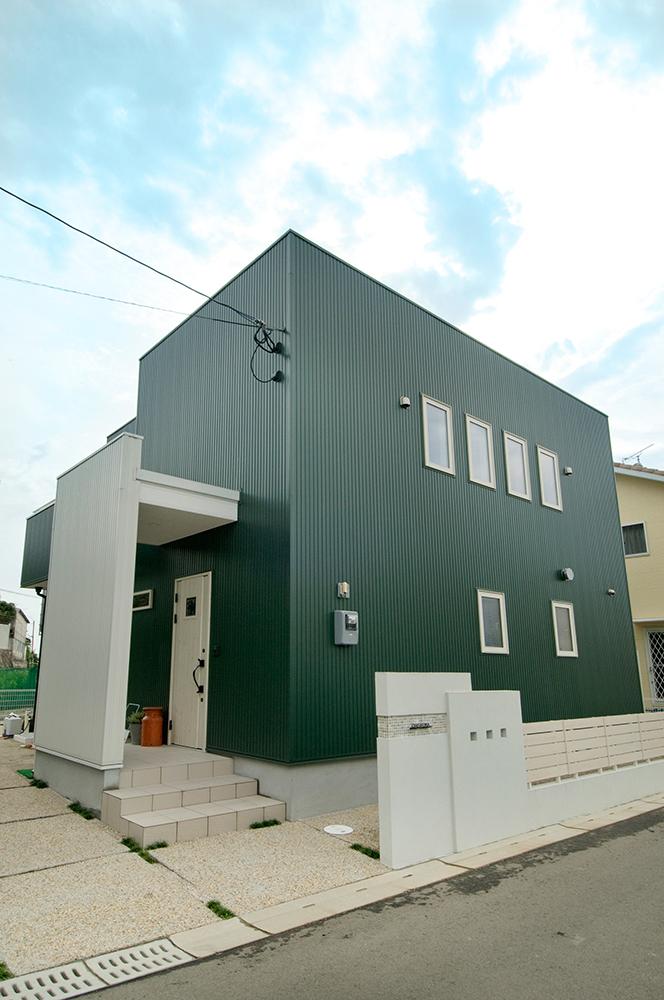 広いバルコニーの家01