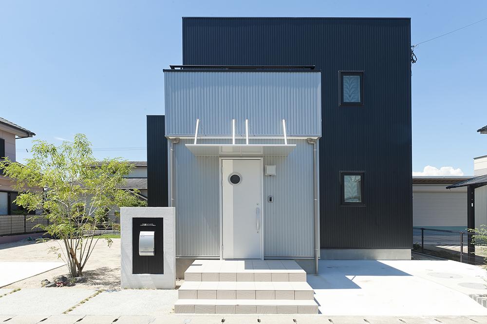 黒とシルバーの家01