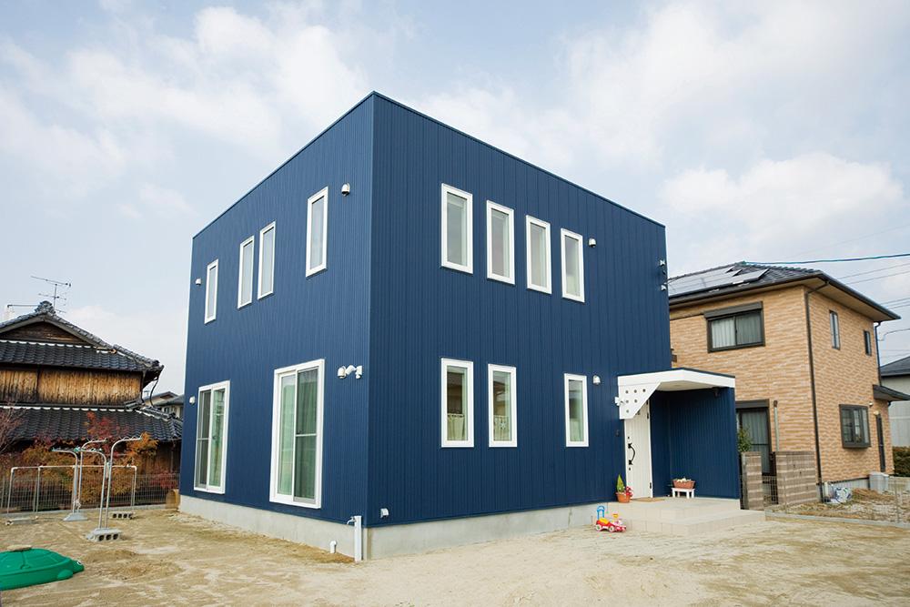 白いドアの注文住宅シンプルボックス01