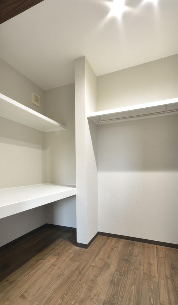 トーヨーキッチンとアクセントクロスがある注文住宅Simple Box05