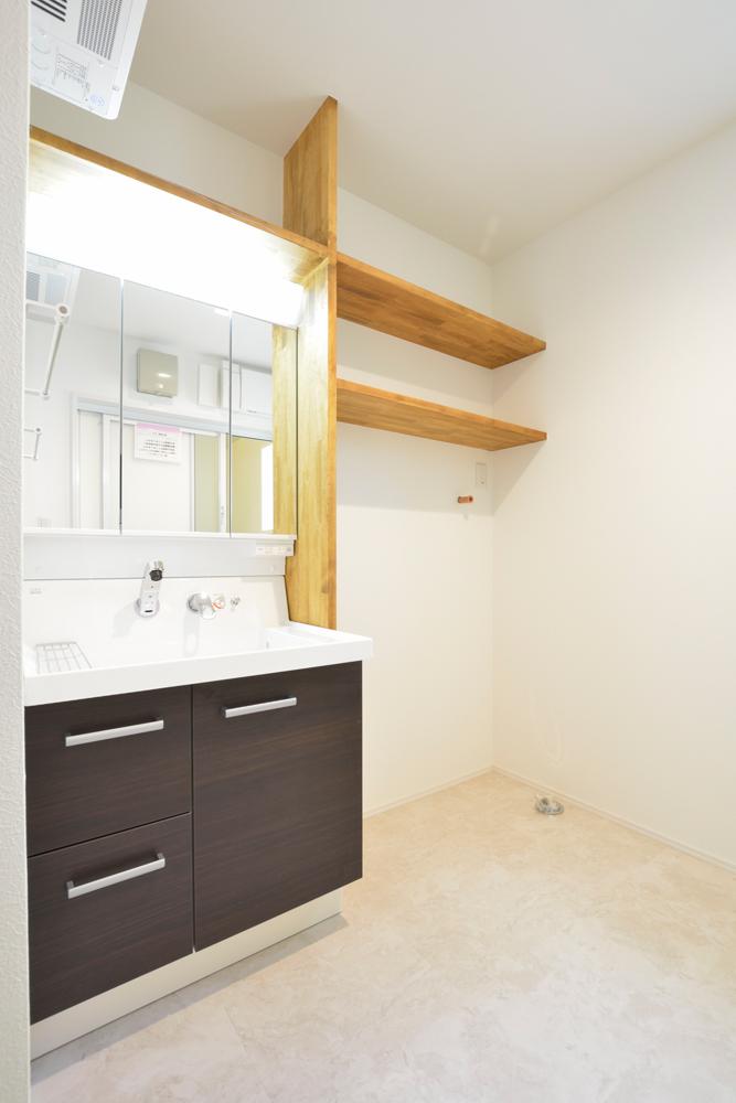 ネイビーの和室と大きなフリースペースのある注文住宅Simple Box+Box18