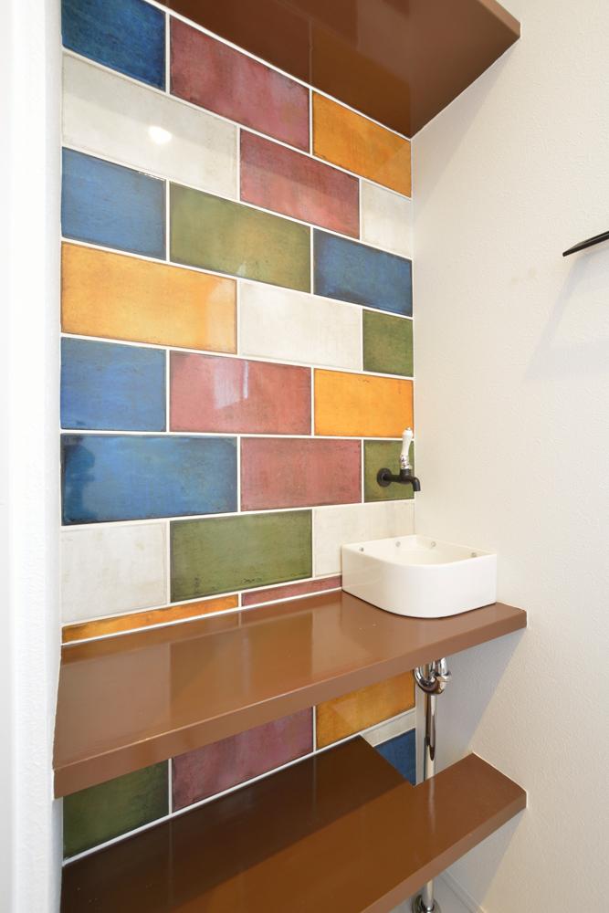 ネイビーの和室と大きなフリースペースのある注文住宅Simple Box+Box17