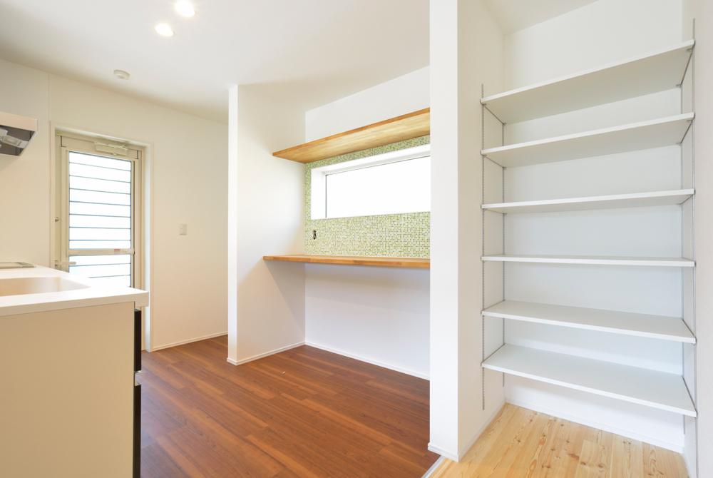 ネイビーの和室と大きなフリースペースのある注文住宅Simple Box+Box10