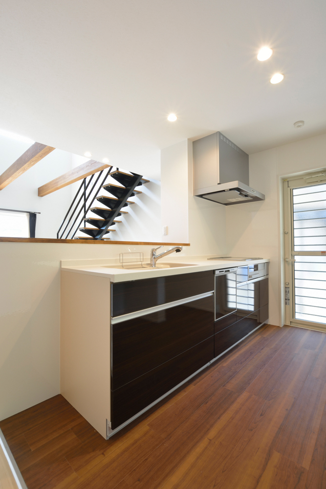 ネイビーの和室と大きなフリースペースのある注文住宅Simple Box+Box09