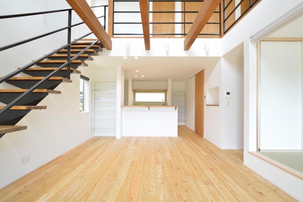 ネイビーの和室と大きなフリースペースのある注文住宅Simple Box+Box05