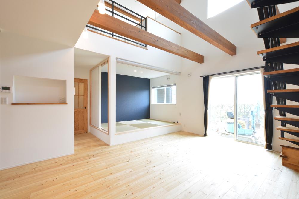 ネイビーの和室と大きなフリースペースのある注文住宅Simple Box+Box06