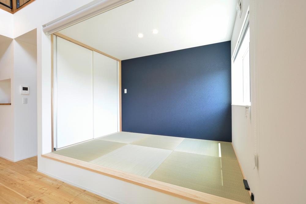 ネイビーの和室と大きなフリースペースのある注文住宅Simple Box+Box08