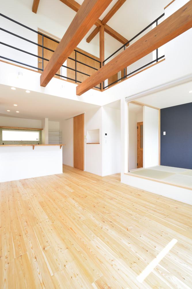 ネイビーの和室と大きなフリースペースのある注文住宅Simple Box+Box07