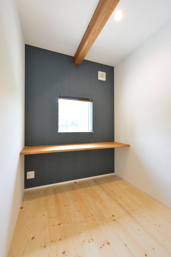 ネイビーの和室と大きなフリースペースのある注文住宅Simple Box+Box15