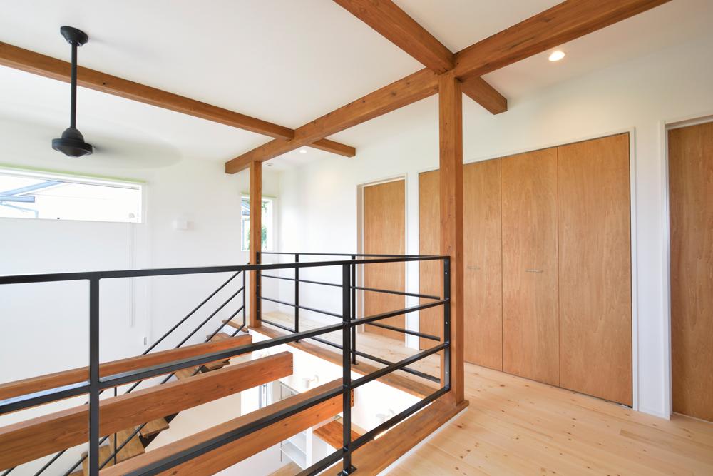 ネイビーの和室と大きなフリースペースのある注文住宅Simple Box+Box12