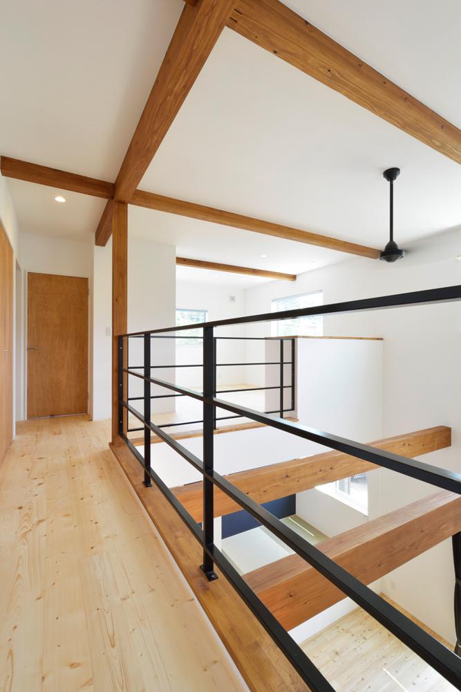 ネイビーの和室と大きなフリースペースのある注文住宅Simple Box+Box11