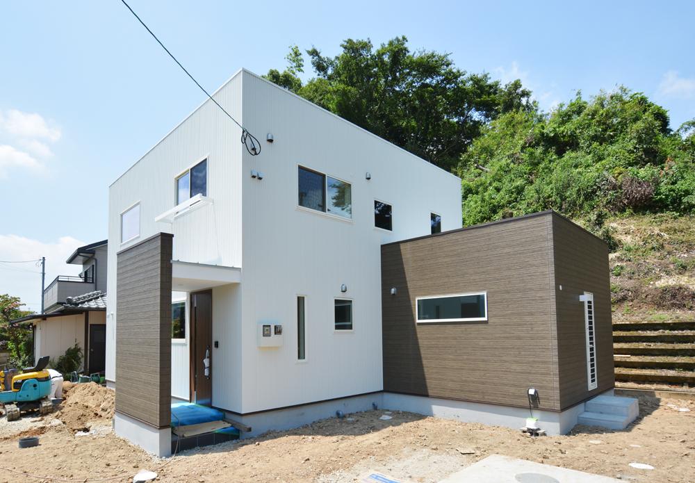 ネイビーの和室と大きなフリースペースのある注文住宅Simple Box+Box02