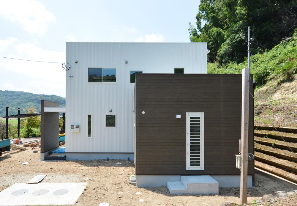 ネイビーの和室と大きなフリースペースのある注文住宅Simple Box+Box01