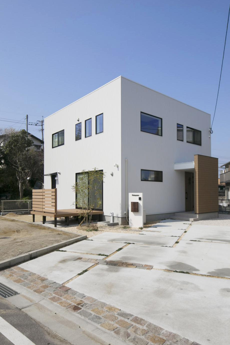 大きな吹き抜けと大きなフリースペースがある注文住宅Simple Box01