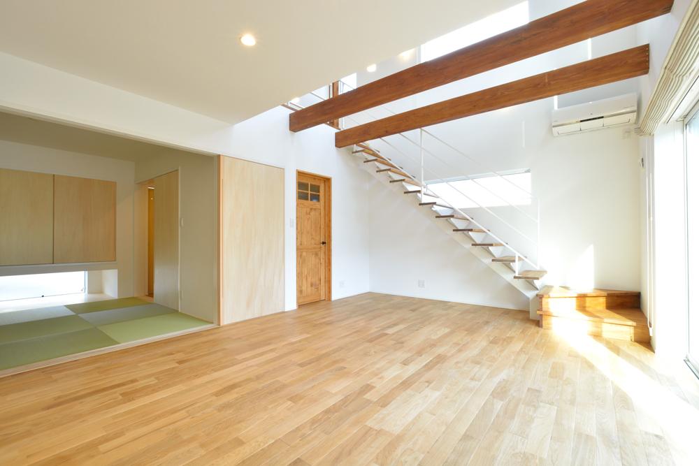 大きな吹き抜けと大きなフリースペースがある注文住宅Simple Box02