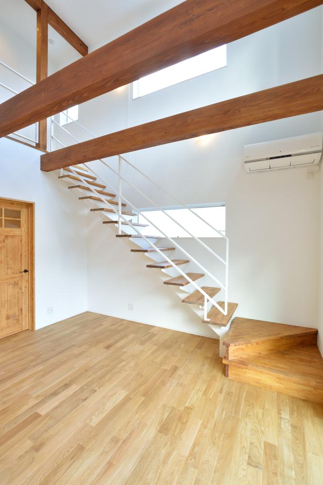 大きな吹き抜けと大きなフリースペースがある注文住宅Simple Box04