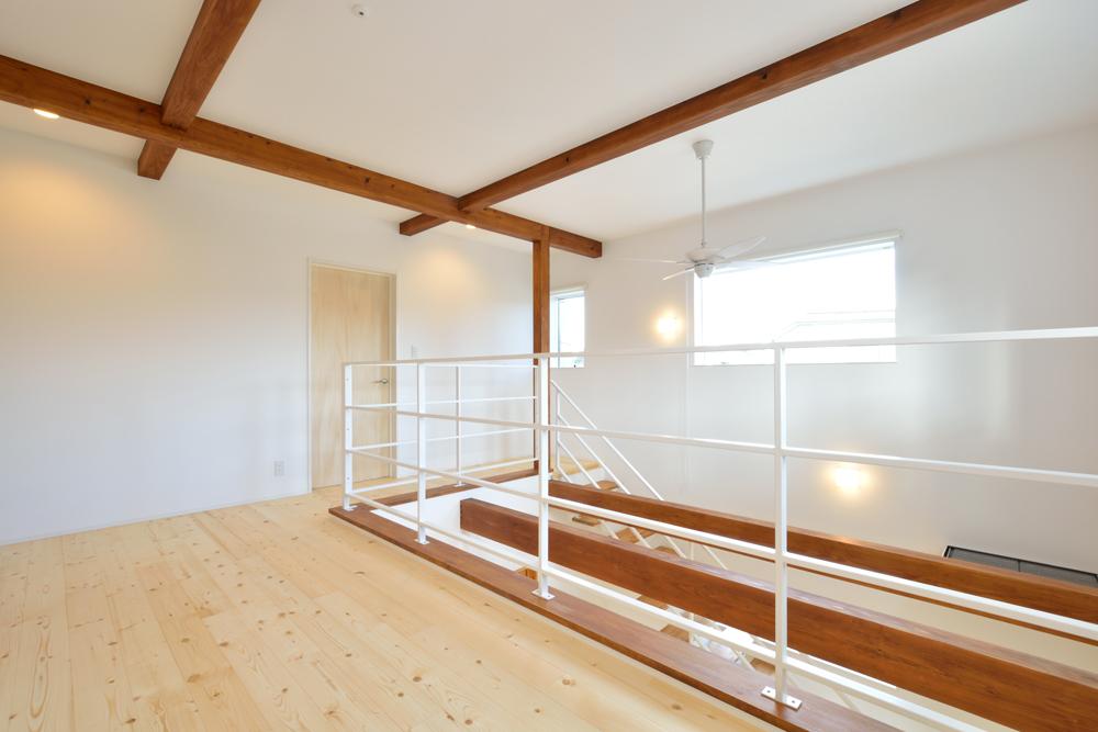 大きな吹き抜けと大きなフリースペースがある注文住宅Simple Box11