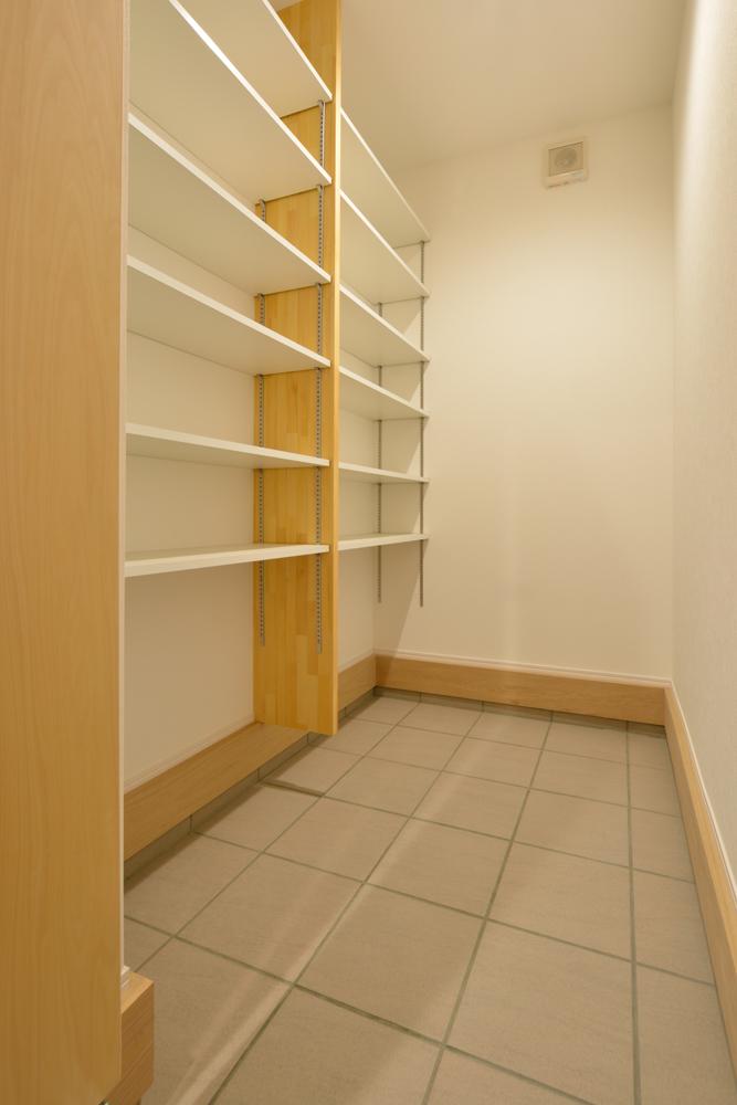 大きな吹き抜けと大きなフリースペースがある注文住宅Simple Box15