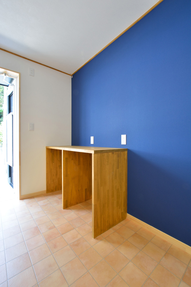 塗り壁の青いLOAFER(ローファー)04