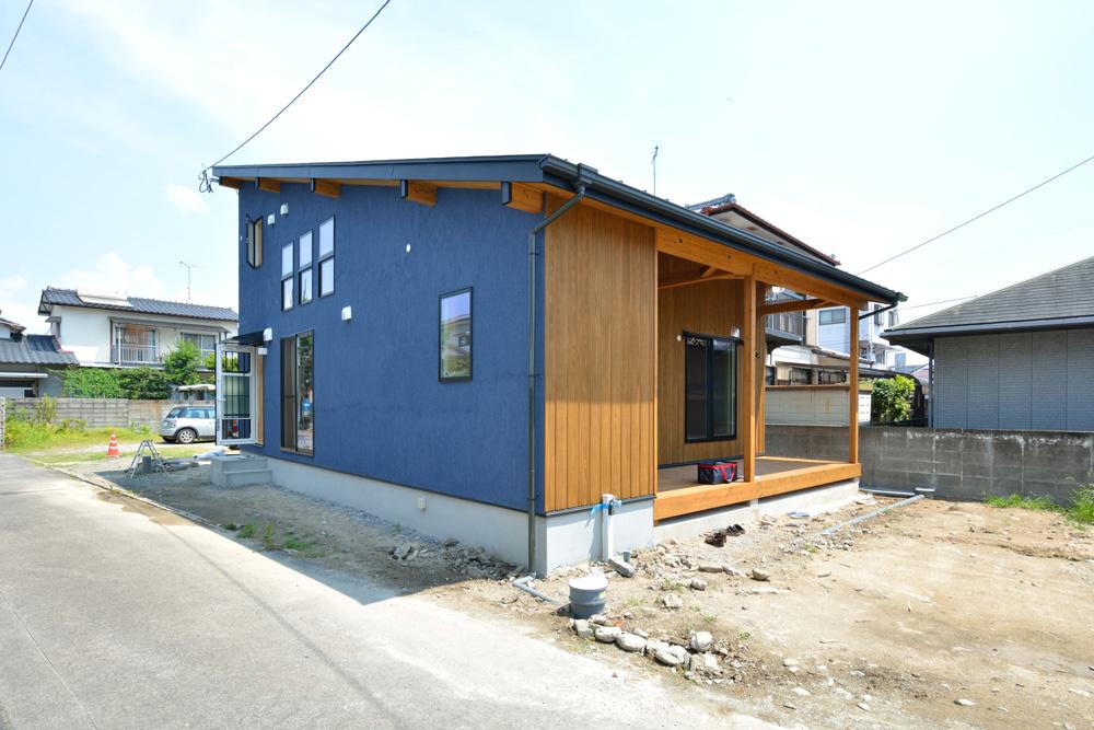 塗り壁の青いLOAFER(ローファー)01