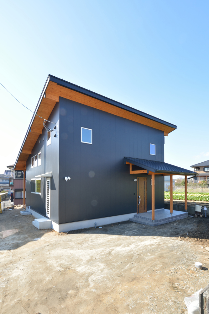 片流れ屋根+黒いガルバリウムの外壁、注文住宅 LOAFER(ローファー)02