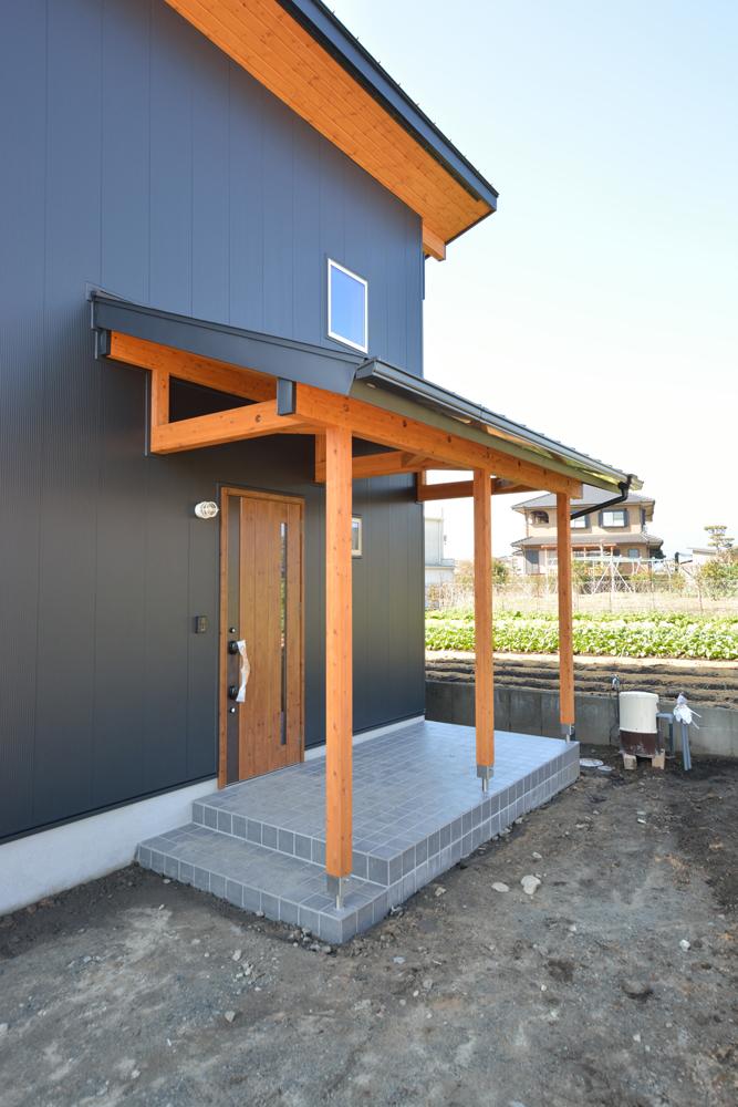 片流れ屋根+黒いガルバリウムの外壁、注文住宅 LOAFER(ローファー)03