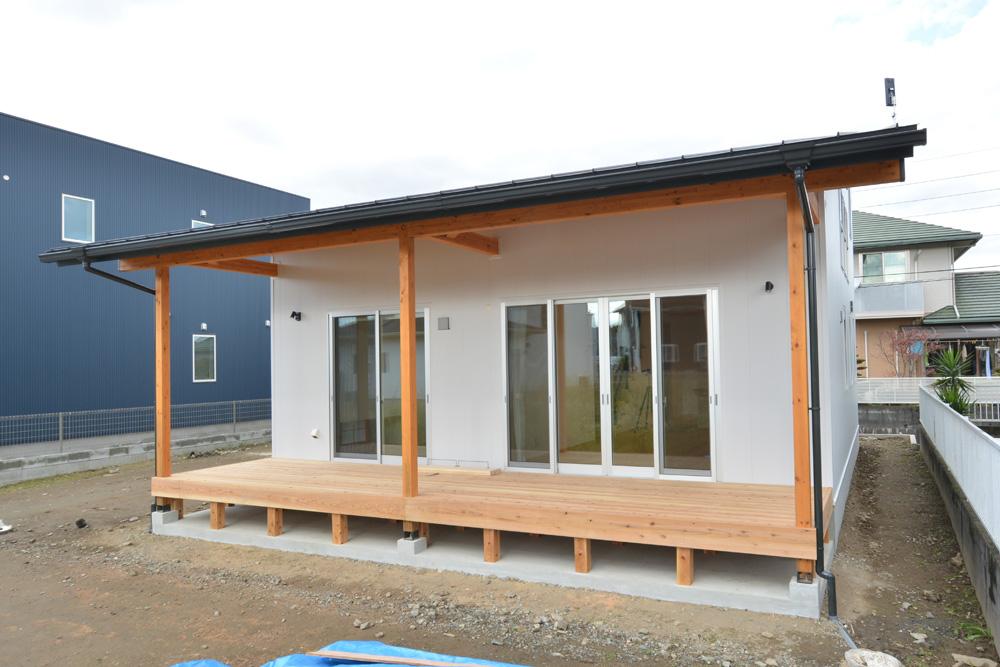 片流れ屋根+白いガルバリウムの外壁、注文住宅 LOAFER(ローファー)02
