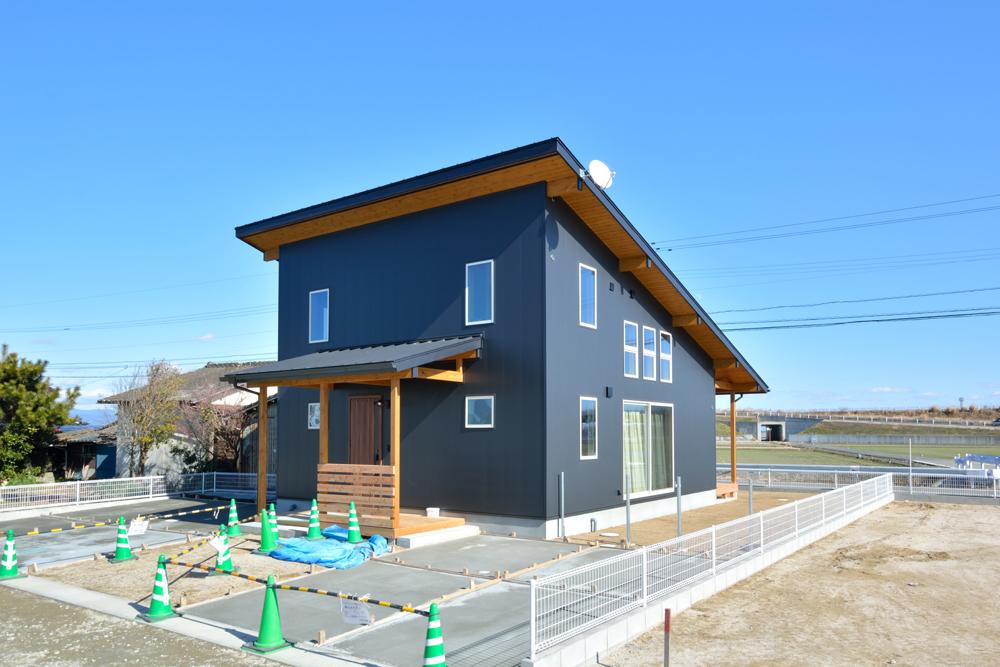 片流れ屋根+黒いガルバリウムの外壁、注文住宅 LOAFER(ローファー)04