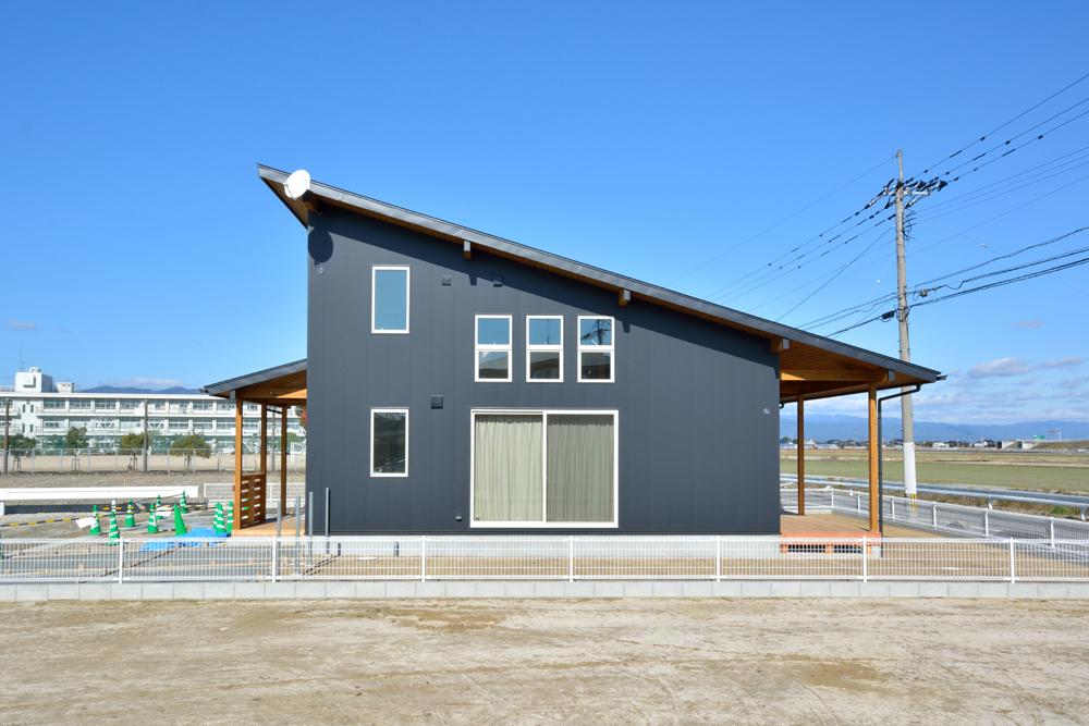 片流れ屋根+黒いガルバリウムの外壁、注文住宅 LOAFER(ローファー)01