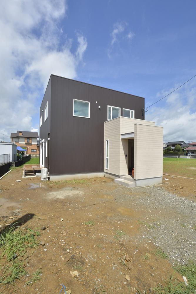 茶色のガルバのお家、注文住宅Simple Box+Box(シンプルボックス+ボックス)01