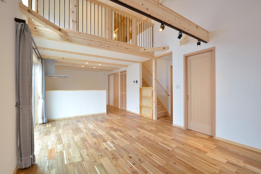 アカシアの床材がぴったりな大人の雰囲気の注文住宅 LOAFER(ローファー)05