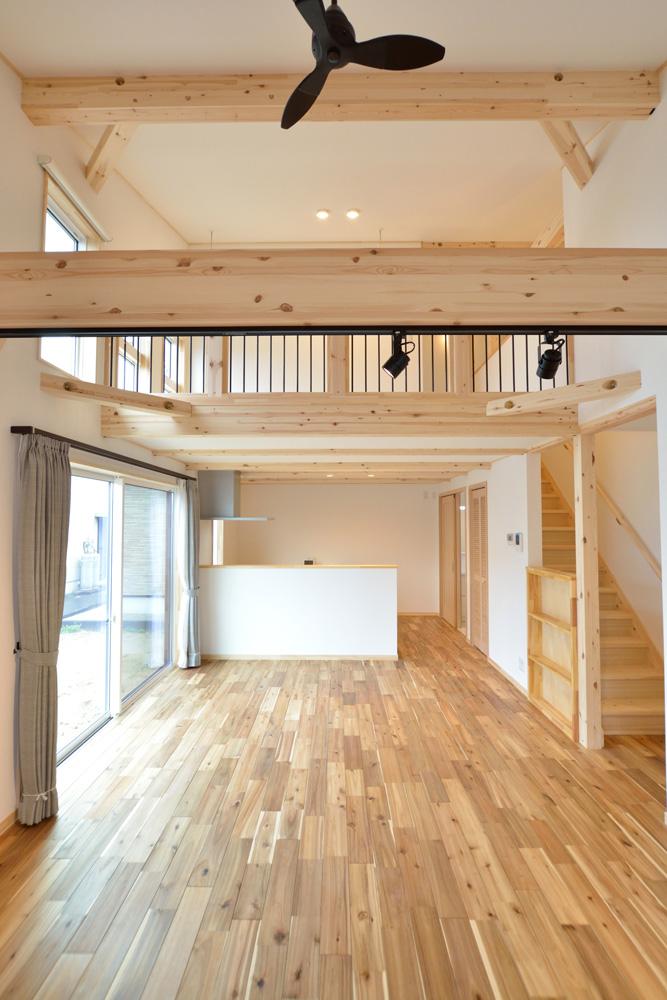 アカシアの床材がぴったりな大人の雰囲気の注文住宅 LOAFER(ローファー)04