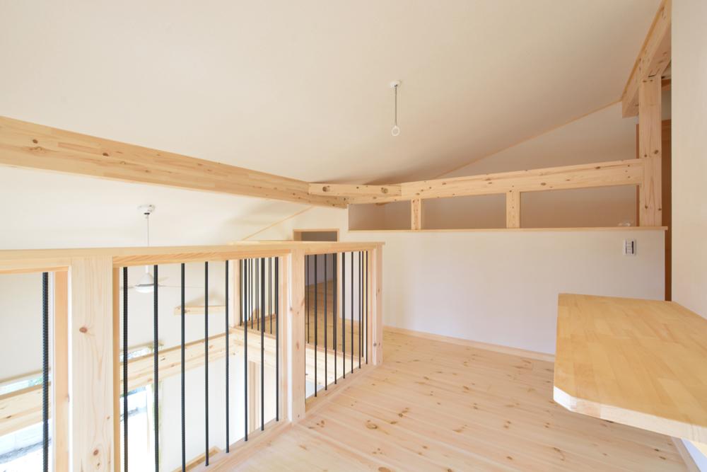 片流れ屋根+白いガルバリウムの外壁、注文住宅 LOAFER(ローファー)08