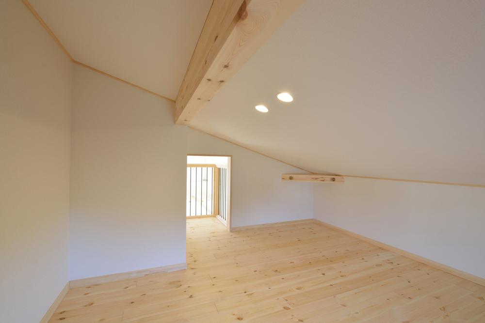 片流れ屋根+白いガルバリウムの外壁、注文住宅 LOAFER(ローファー)09