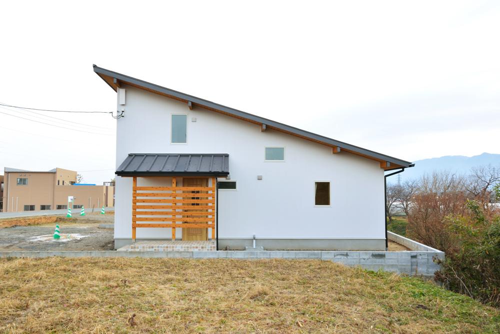 片流れ屋根+白いガルバリウムの外壁、注文住宅 LOAFER(ローファー)01