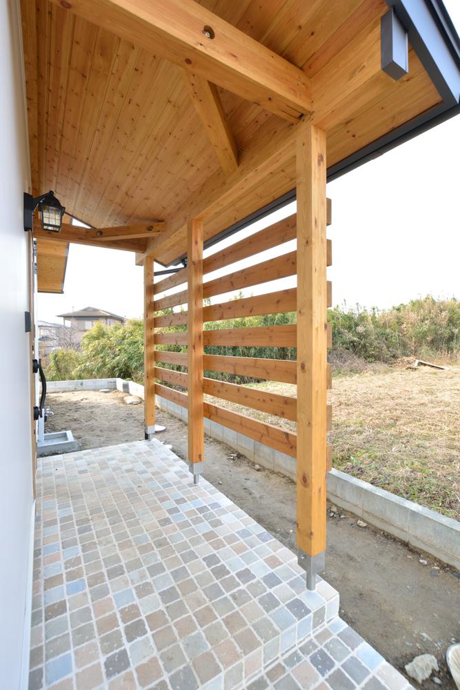 片流れ屋根+白いガルバリウムの外壁、注文住宅 LOAFER(ローファー)03