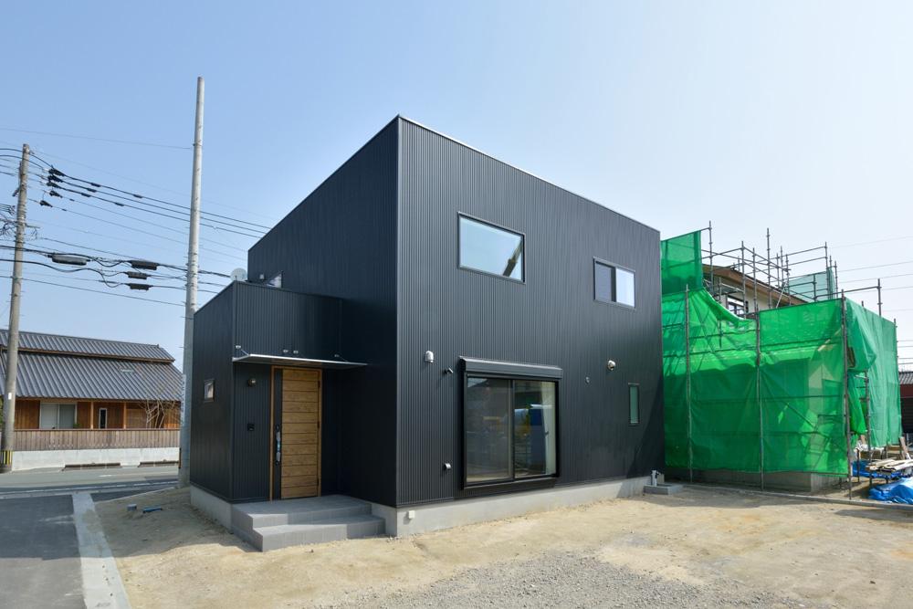 黒いガルバの四角いお家、注文住宅Simple Box+Box(シンプルボックス+ボックス)01