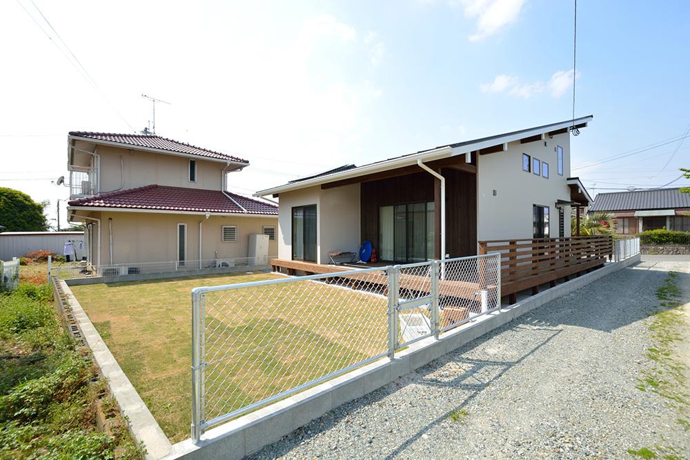 ガルバリウムの外壁+大きなウッドデッキのある、注文住宅 LOAFER(ローファー)02