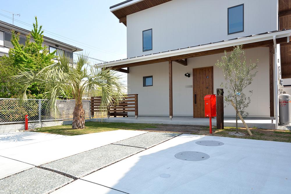 ガルバリウムの外壁+大きなウッドデッキのある、注文住宅 LOAFER(ローファー)01