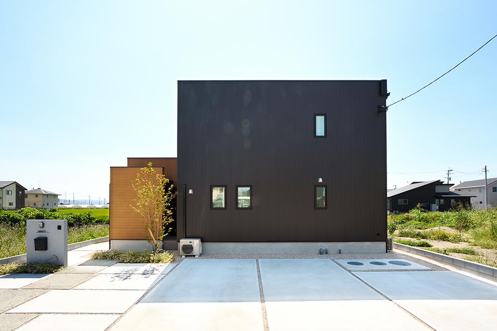 黒いシンプルな四角いお家、注文住宅Simple Box+Box(シンプルボック)01