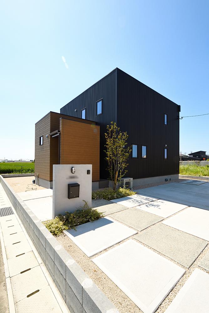 黒いシンプルな四角いお家、注文住宅Simple Box+Box(シンプルボック)02