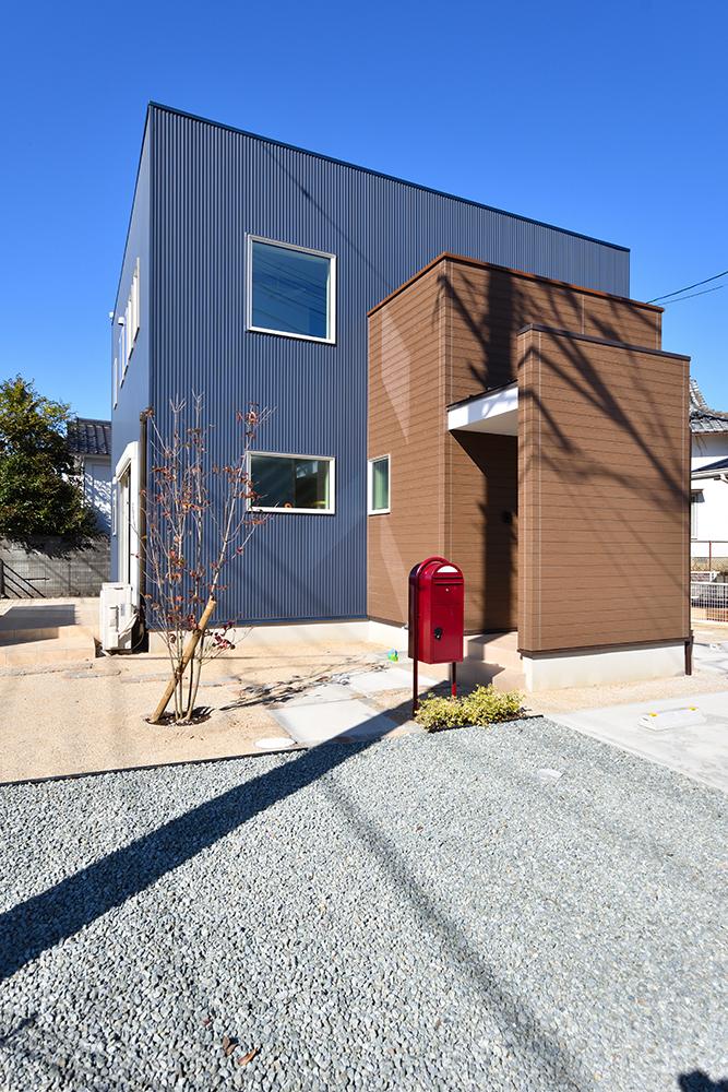 ネイビーのシンプルな四角いお家、注文住宅Simple Box+Box(シンプルボックス+ボックス)02