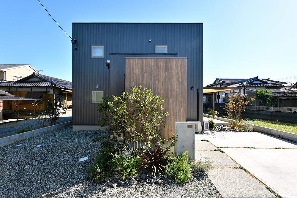 黒いシンプルな四角いお家、注文住宅Simple Box+Box(シンプルボックス+ボックス)01