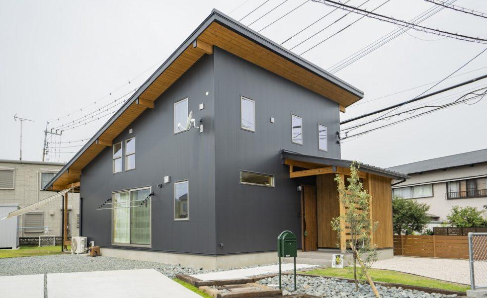 木と石の組み合わせがスタイリッシュな外構のお家、FREEQ LOFER(フリーク ローファー)。