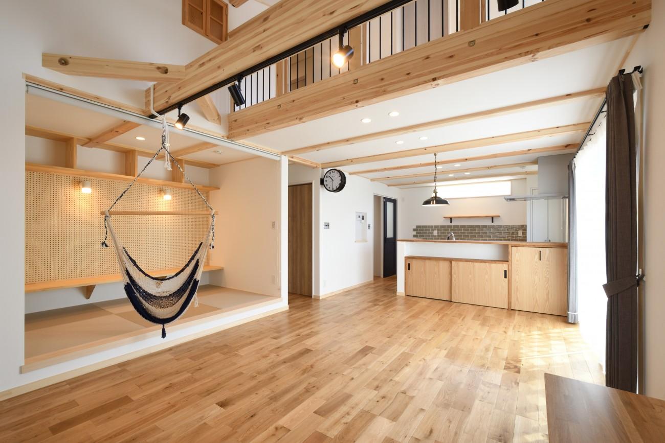 木と石の組み合わせがスタイリッシュな外構のお家、FREEQ LOFER(フリーク ローファー)。10