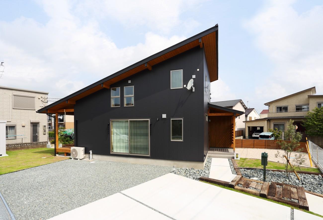 木と石の組み合わせがスタイリッシュな外構のお家、FREEQ LOFER(フリーク ローファー)。02