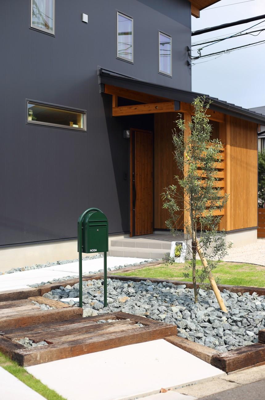 木と石の組み合わせがスタイリッシュな外構のお家、FREEQ LOFER(フリーク ローファー)。04