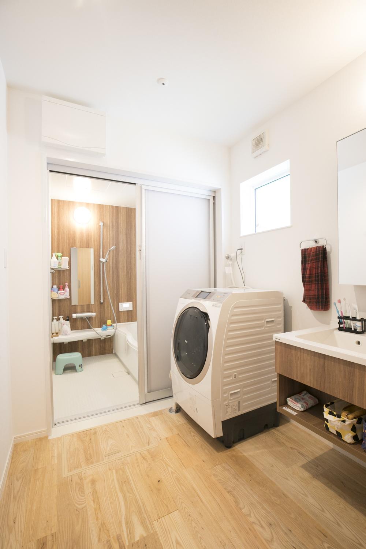 明るく清潔感のある浴室と洗面室