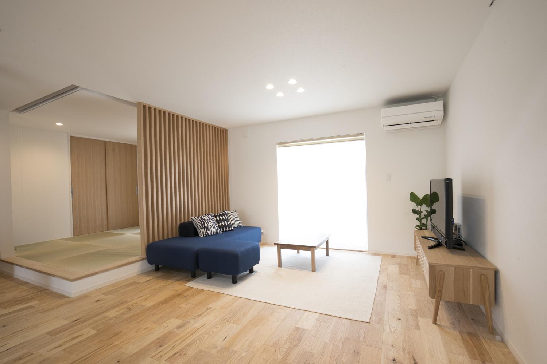 紺色のソファーが映えるリビングルーム