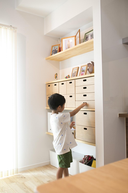 キッチン横の棚には引き出しを造作